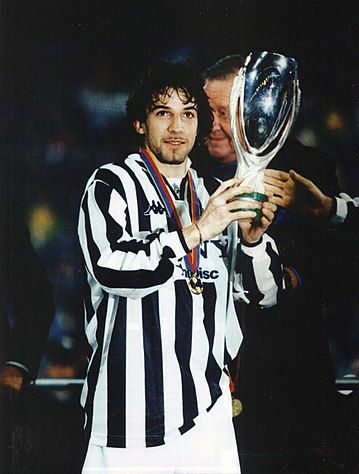 8d75f85f5 Alessandro Del Piero, bandiera della Juventus dal 1993 al 2012, stringe la  Supercoppa UEFA