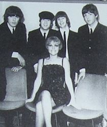 Angela con i Beatles in una foto scattata nel corso del tour italiano del 1965 del quartetto di Liverpool