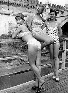 Marisa Allasio con Alessandra Panaro e Lorella De Luca sul set del film Poveri ma belli, a Roma, sul Tevere, nel 1956