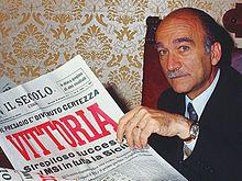 Almirante con una copia del Secolo d'Italia che celebra la vittoria del Movimento Sociale Italiano alle elezioni regionali in Sicilia del 1971