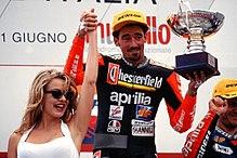 Biaggi sul gradino più alto del podio nel Gran Premio d'Italia 1995 della classe 250.