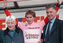 Un 83enne Bartali (a sinistra) al Giro d'Italia 1997, mentre insieme all'altro ex ciclista Francesco Moser (a destra) onora la maglia rosa dell'edizione, Ivan Gotti (al centro)