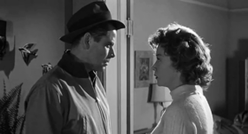 Glenn Ford e Gloria Grahame in una scena del film