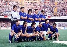 Donadoni (accosciato, terzo da sinistra) ai Mondiali 1990