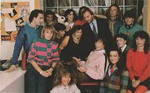 Foto di gruppo dello staff di Radio Deejay nel 1982: al centro è Claudio Cecchetto, sopra di lui, Gerry Scotti, alla sua destra Kay Rush.