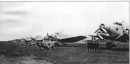 Rassegna della linea di volo del 15º Stormo con i Savoia-Marchetti S.M.81 Pipistrello della 20ª Squadriglia, 46º Gruppo.