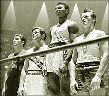 Muhammad Ali premiato con la medaglia d'oro ai Giochi Olimpici di Roma nel 1960