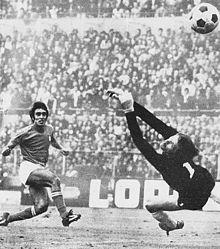 Anastasi batte il portiere slavo Marić con un'apprezzabile parabola di sinistro, nell'amichevole tra Italia e Jugoslavia del 20 settembre 1972.