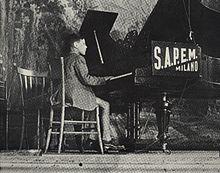 Enzo Jannacci al piano presso il Conservatorio Verdi di Milano, all'età di circa 15 anni.