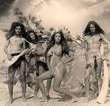 Gli Alluminogeni con Nadia Cassini, foto sul set del film Quando gli uomini armarono la clava e... con le donne fecero din don (1971)
