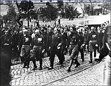 Benito Mussolini con alcuni dei quadriumviri: da sinistra Emilio De Bono, Cesare Maria De Vecchi e Italo Balbo.