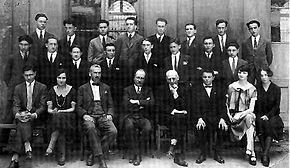 Cesare Pavese, il primo a sinistra in seconda fila, studente del Liceo D'Azeglio di Torino, nel 1923.