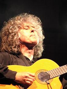 Angelo Branduardi alla chitarra in un concerto nel 2005