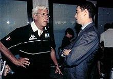 Agnelli (a destra), all'epoca assistente nell'area commerciale della Juventus, a colloquio con l'allenatore Marcello Lippi al raduno della squadra per la stagione 1998-1999.
