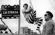 Fellini e Richard Basehart sul set de La strada