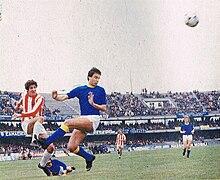 Rossi (a sinistra) in maglia Lanerossi nel 1979, al tiro durante un derby veneto contro il Verona.