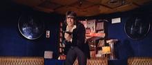 Tomás Milian in una scena de La banda del gobbo, film nel quale ricopre sia il ruolo di Vincenzo Marazzi (foto), che di Sergio Marazzi (er monnezza), suo fratello gemello