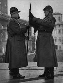 Mussolini decora il gagliardetto della Milizia nazionale forestale con la  medaglia d argento al valor militare per le operazioni in Africa Orientale. 3a6f92339844