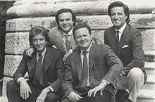 Ezio Greggio con Jerry Calà, Christian De Sica e Massimo Boldi sul set di Yuppies - I giovani di successo (1985)