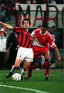 Thuram (a destra) al Monaco nel 1994, in contrasto sul milanista Donadoni durante la semifinale di Champions League.