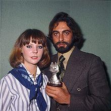 Salsomaggiore Terme, 31 dicembre 1976. Carole André (a sinistra) e Kabir Bedi posano con il Telegatto vinto da questo ultimo nel 1976 per l'interpretazione di Sandokan.