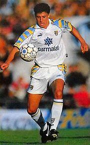 Crespo in azione con la maglia del Parma nel 1996.