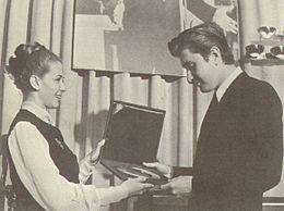 Laura Efrikian consegna a Bobby Solo il Disco d'Oro per il milione di copie vendute di Una lacrima sul viso (maggio 1964)