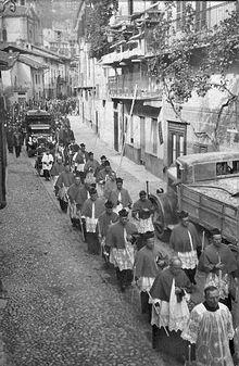 Funerali di un prelato in Piemonte, nel 1938, in molte parti d'Italia tradizionalmente la salma è condotta al luogo di devozione o di inumazione con un corteo che assume caratteri di processione