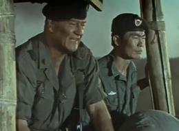 John Wayne e George Takei in una scena del film ae32949054b4