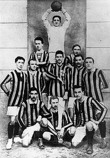 La formazione nerazzurra vincitrice del primo scudetto nel 1910, due anni dopo la sua fondazione