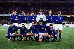 Vialli (accosciato, secondo da destra) in campo con gli azzurri nel 1991.