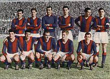 Perani (accosciato, primo da sinistra) nel Bologna del 1960-1961