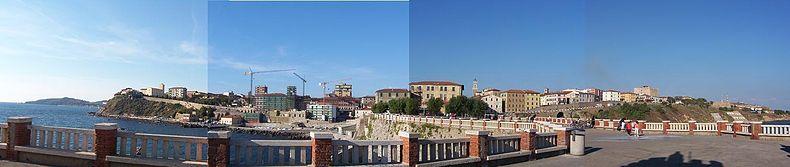 Centro storico visto da Piazza Bovio. L'edificio più alto sulla destra è il Castello di Piombino