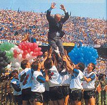 Trapattoni viene portato in trionfo dai giocatori dell'Inter dopo la vittoria dello scudetto dei record, il tecnico è il più vincente nella storia del campionato italiano con 7 titoli nazionali (6 con la Juve e 1 coi nerazzurri).