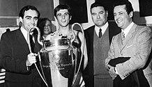 Franco Carraro sorregge con Gianni Rivera la Coppa dei Campioni 1968-1969, presenti Nereo Rocco e Jacopo Castelfranchi