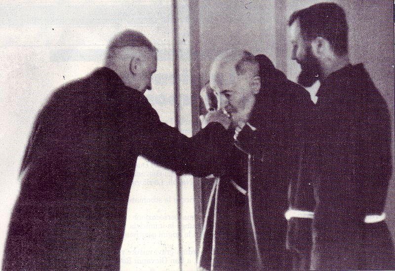 http://upload.wikimedia.org/wikipedia/it/thumb/f/fa/Padre_Pio_incontra_monsignor_Lefevbre_pasqua_1968_a_san_Giovanni_Rotondo.jpg/800px-Padre_Pio_incontra_monsignor_Lefevbre_pasqua_1968_a_san_Giovanni_Rotondo.jpg