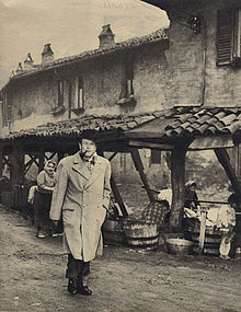 Simenon a Milano nel 1957 presso il vicolo dei Lavandai in Porta Ticinese.