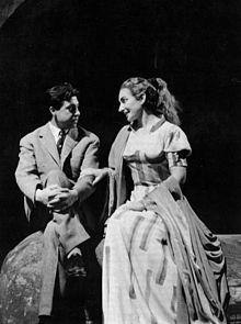 Salvatore Fiume nel 1953 con Maria Callas sul palcoscenico del Teatro alla Scala di Milano. Maria Callas indossa un costume disegnato dall'artista