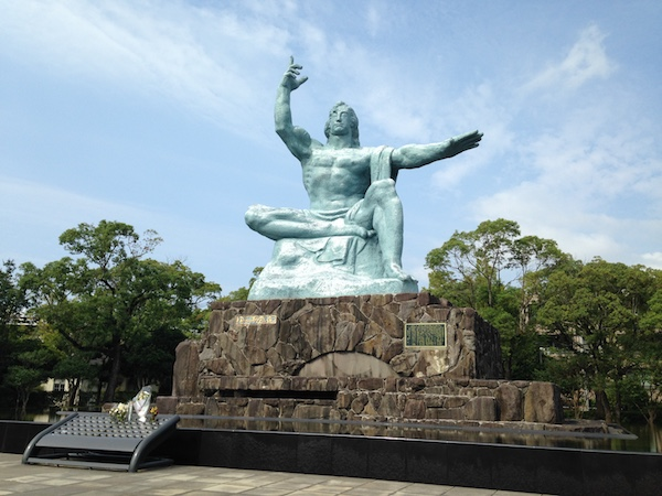 https://upload.wikimedia.org/wikipedia/ja/5/56/Peace_Statue_of_Nagasaki_20150926.jpeg