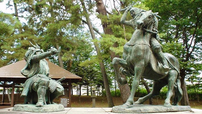 https://upload.wikimedia.org/wikipedia/ja/5/59/Kawanakajima_Takeda_Shingen_vs_Uesugi_Kenshin_statue.jpg
