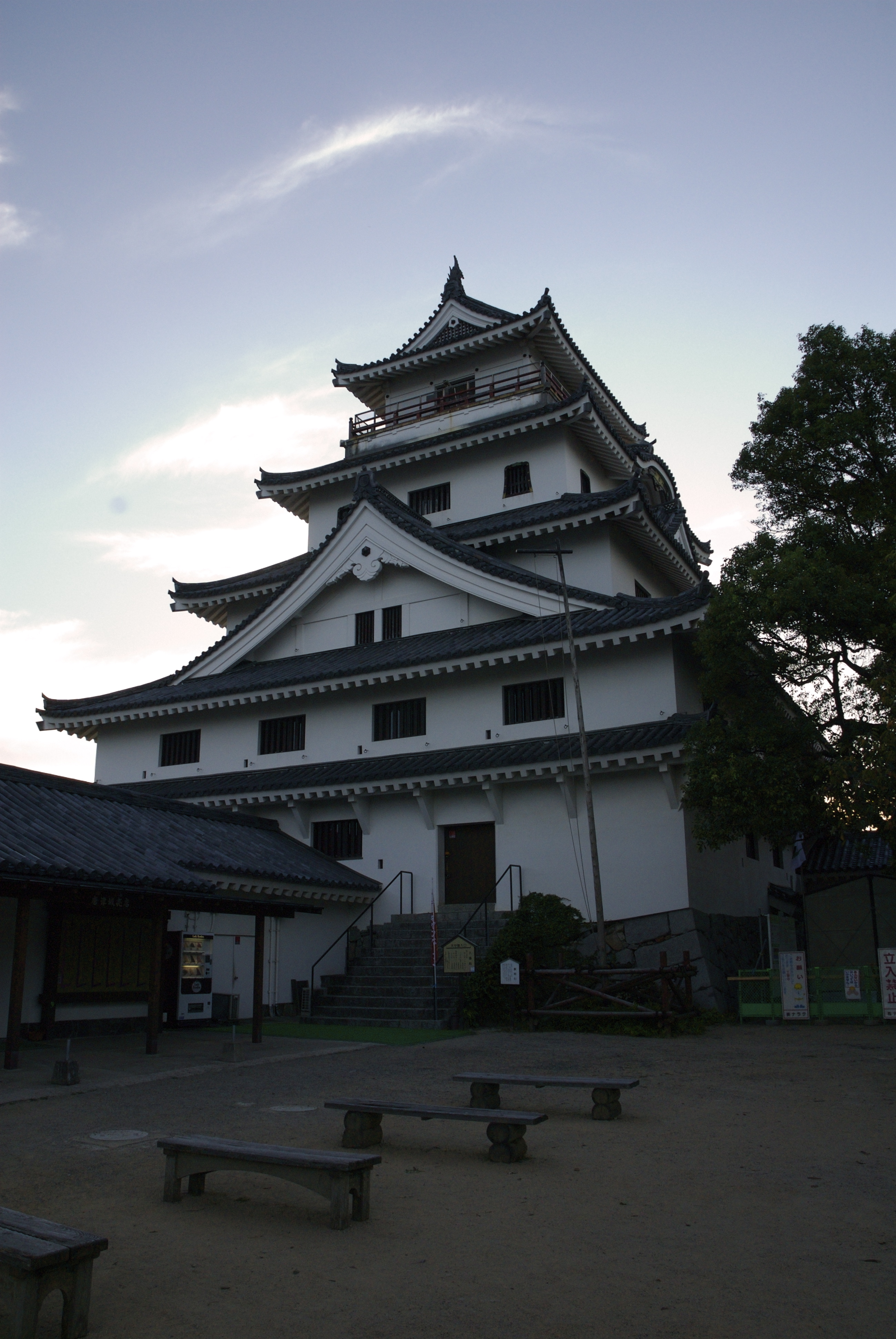 https://upload.wikimedia.org/wikipedia/ja/9/9e/KaratsuCastle1.jpg