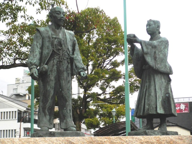 JR長浜駅前にある三献の茶エピソードの像/wikipediaより引用
