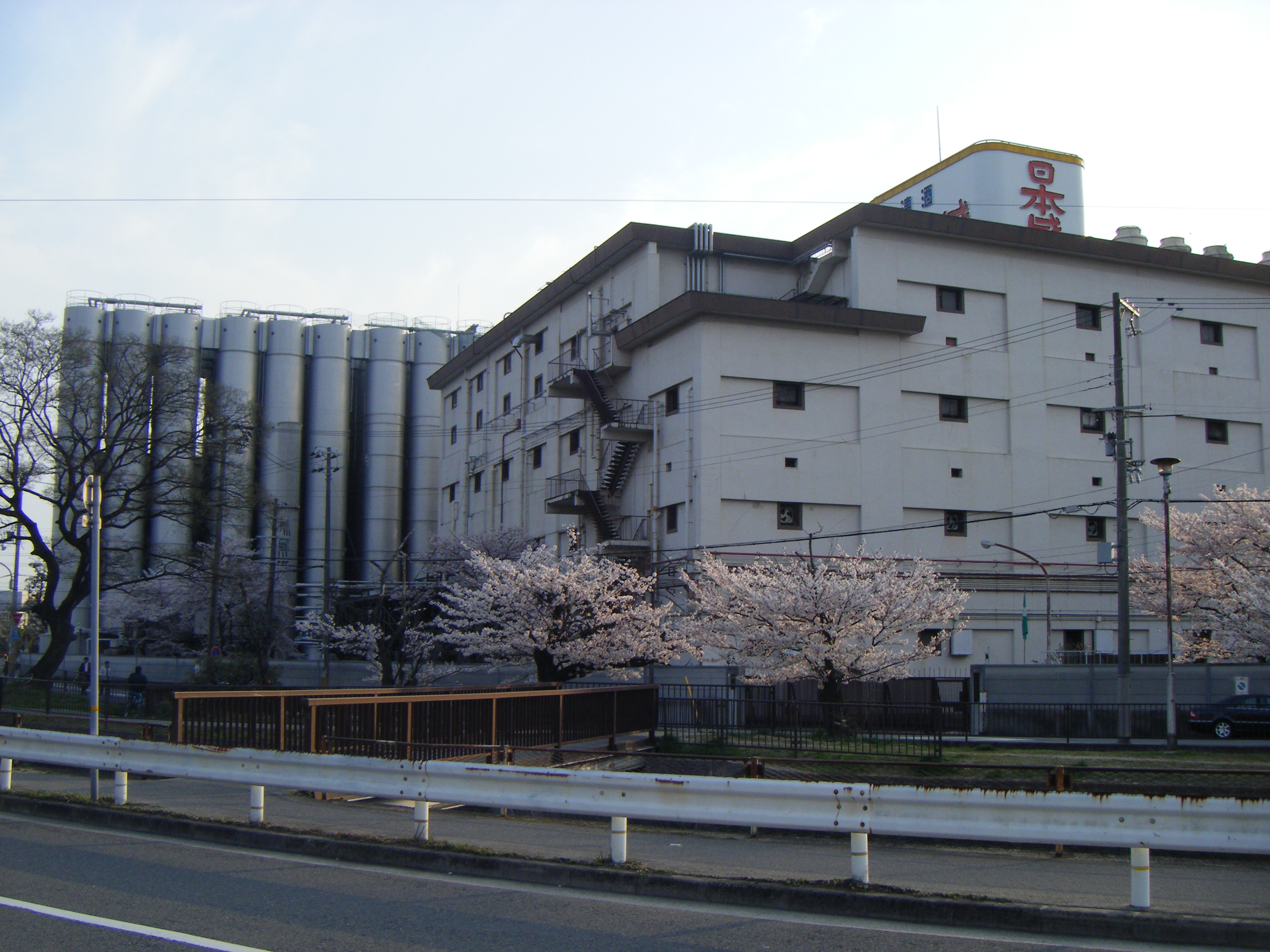 https://upload.wikimedia.org/wikipedia/ja/c/cb/Nihonsakari-building01.jpg