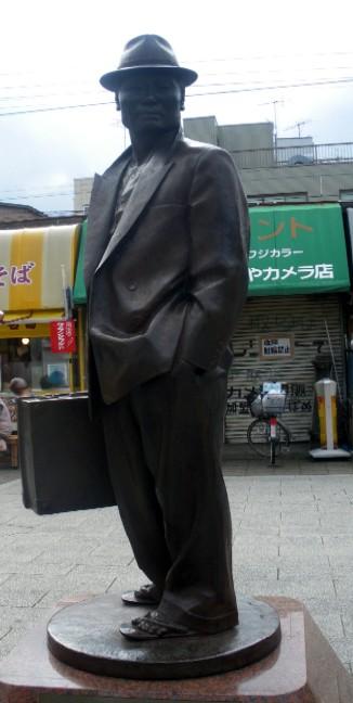 柴又駅前に立つ車寅次郎の銅像 Wikipediaより