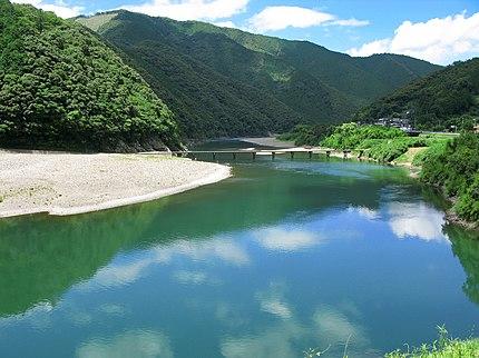 四万十川と岩間沈下橋(高知県四万十市)