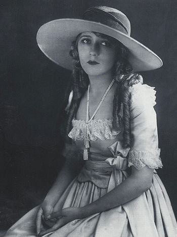 https://upload.wikimedia.org/wikipedia/lb/thumb/b/b2/Mary-Pickford--w.jpg/350px-Mary-Pickford--w.jpg