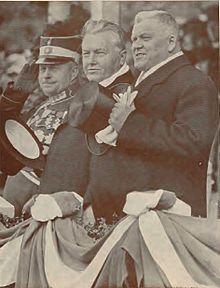 Ulmanis, ģenerālis Balodis un ģenerālis Berķis parādes laikā