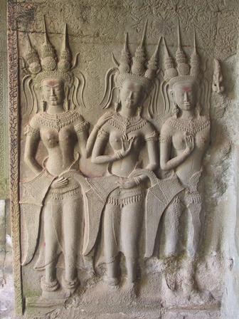 आंग्कोर वाट मंदिराच्या भिंतींवरील अप्सरा