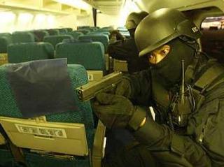 Anggota polis anti-pengganas Pasukan Gerakan Khas PDRM semasa serbuan di dalam kokpit pesawat. Perhatikan pistol Glock 17 yang menjadi senjata utama pasukan elit Polis Diraja Malaysia ini.