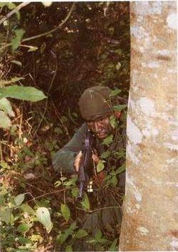 Salah seorang anggota Komando 69 bersiap sedia untuk menggempur musuh.